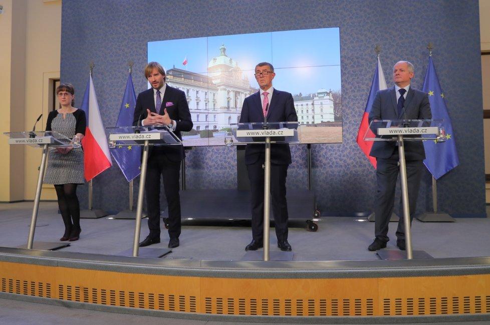 (zleva) Hlavní hygienička Eva Gottvaldová, ministr zdravotnictví Adam Vojtěch (za ANO), premiér Andrej Babiš (ANO) a náměstek ministra zdravotnictví Roman Prymula na Úřadě vlády (28.2.2020)