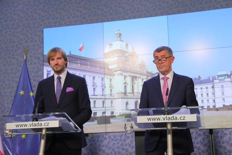 Ministr zdravotnictví Adam Vojtěch (za ANO) a premiér Andrej Babiš (ANO)  na Úřadě vlády (28.2.2020)