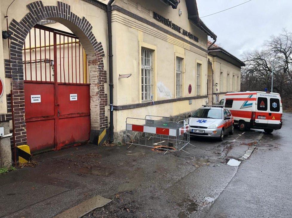 Na Bulovku byla přivezena žena s příznaky koronaviru, vrátila se z Itálie (29. 2. 2020).