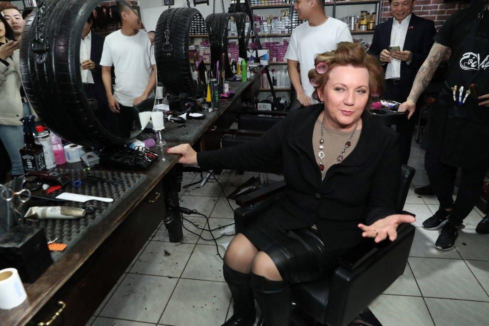 Ministryně Alena Schillerová (za ANO) vyrazila v únoru do Sapy. Tu si prošla a nechala si udělat nový účes.