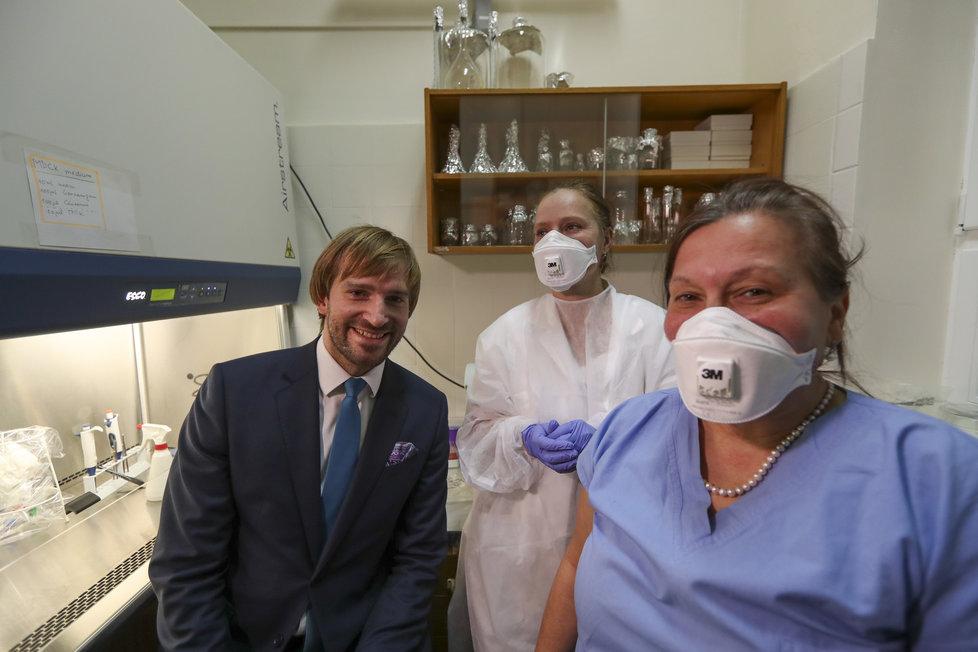 Ministr zdravotnictví Adam Vojtěch (za ANO) během inspekce na Bulovce kvůli koronaviru