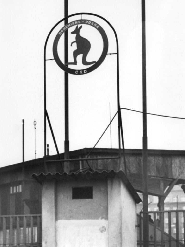 Než musel být odstraněn, stihl František Dostál svého klokana nad vchodem na stadion Bohemians zvěčnit.