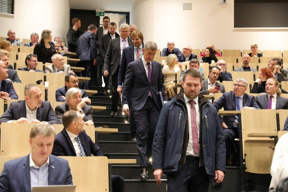 Premiér Andrej Babiš sezval s ministrem zdravotnictví Adamem Vojtěchem a náměstkem Romanem Prymulou do přednáškového sálu motolské nemocnice šéfy všech nemocnic, které mají infekční oddělení (3. 3. 2019)