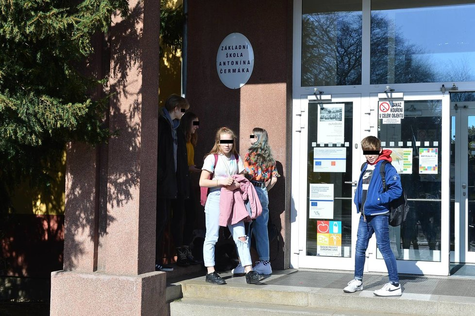 Nákaza koronavirem u rodiče ve škole na Praze 6 (4.3.2020)