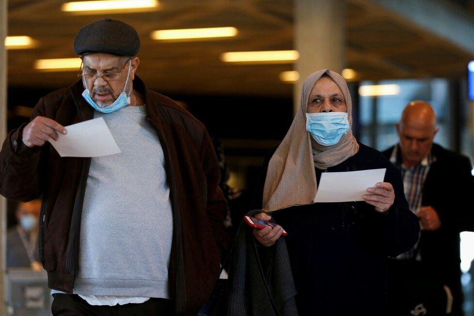 Pasažéři na letišti v Ammánu v Jordánsku (4. 3. 2020)
