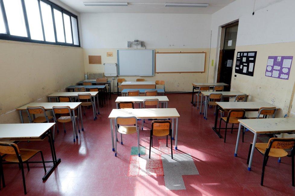 Prázdná třída v zavřené škole v Římě (5. 3. 2020)