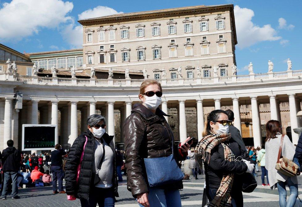 Turisté s ochrannými pomůckami ve Vatikánu