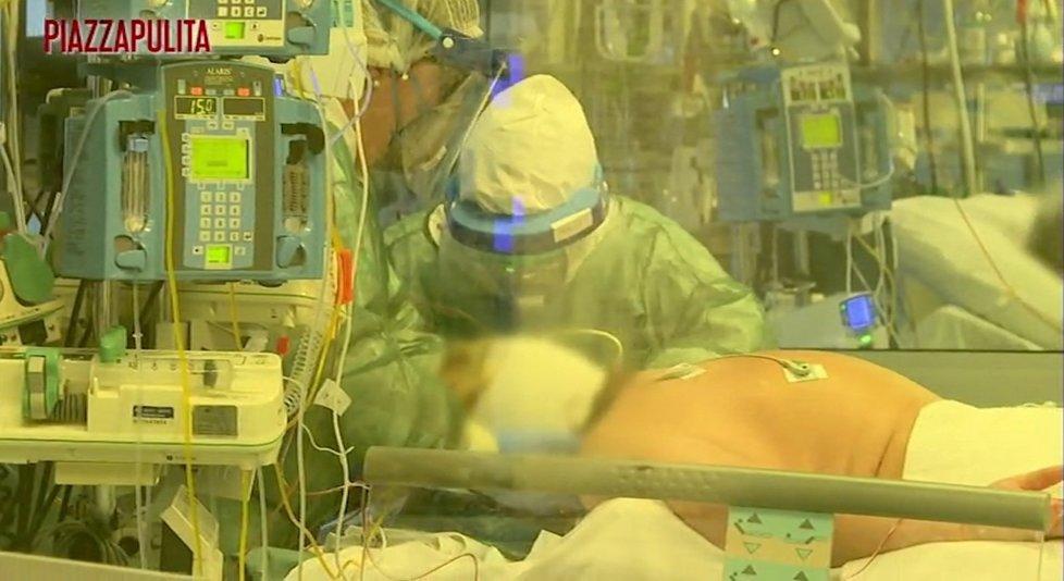 Italští pacienti jsou napojeni na přístroje a leží na bříše
