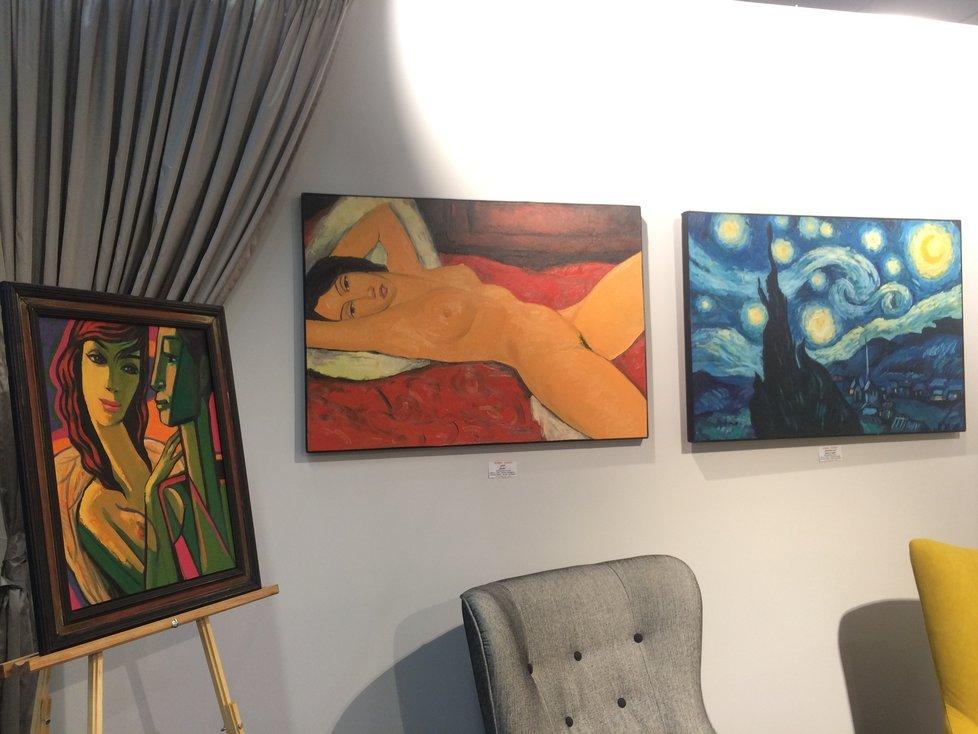 Domácí atmosféru výstavy podtrhuje koutek v podobě obývacího pokoje, který je mimo jiné vystavený nadmíru zdařilými autorskými replikami Vincenta van Gogha a Amedea Modiglianiho.