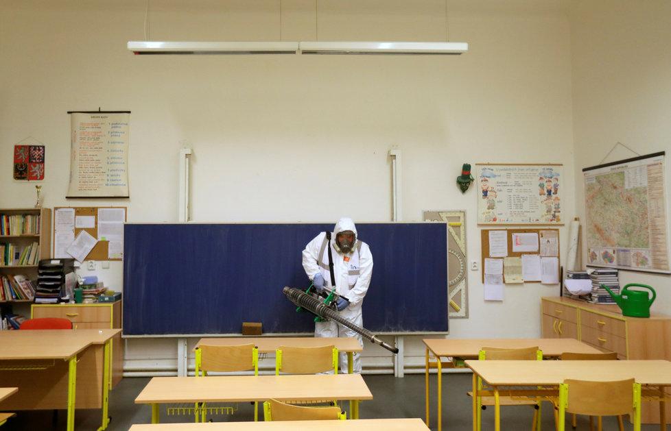 Dezinfekce v pražské škole kvůli koronaviru (10. 3. 2020)