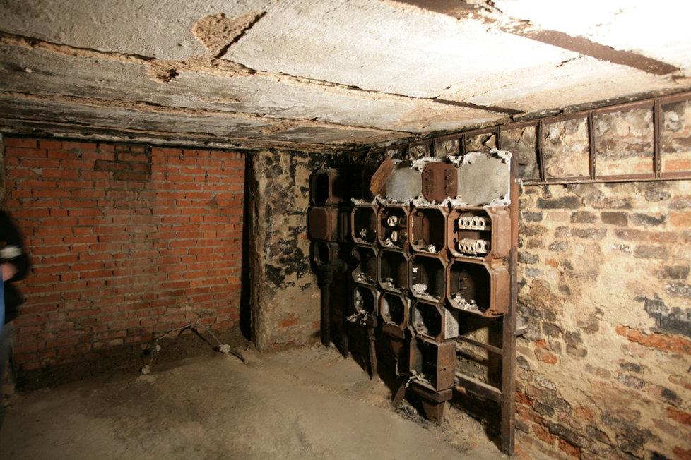 Čas se na elektrické rozvodné skříni podepsal. Dříve se zde nacházel jeden z vyražených vchodů do kasemat, který je dnes zazděný.