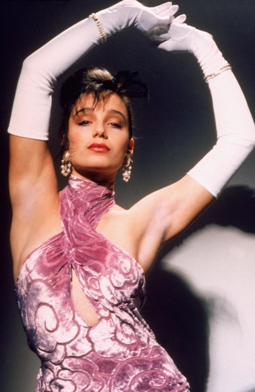 Kristin Scott Thomas věděla, že dlouhé bílé rukavice byly součástí šatů
