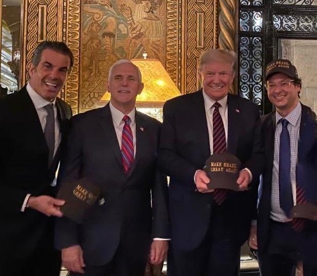 Zcela vpravo šéf komunikace brazilského prezidenta Fábio Wajngarten, který byl testován s pozitivním výsledkem na covid-19. Vedle něj stojí americký prezident Donald Trump, po jeho pravici viceprezident Mike Pence.