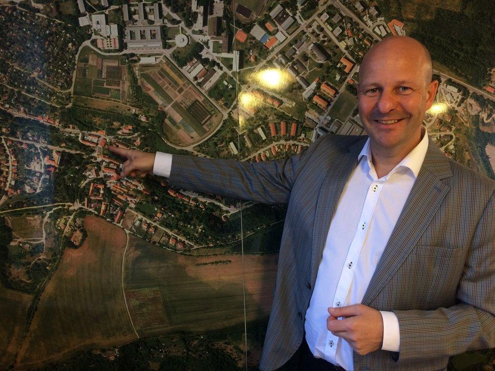 Tady jednou bude stát nová radnice Lysolají - ukazuje starosta a zároveň náměstek pražského primátora Petr Hlubuček.