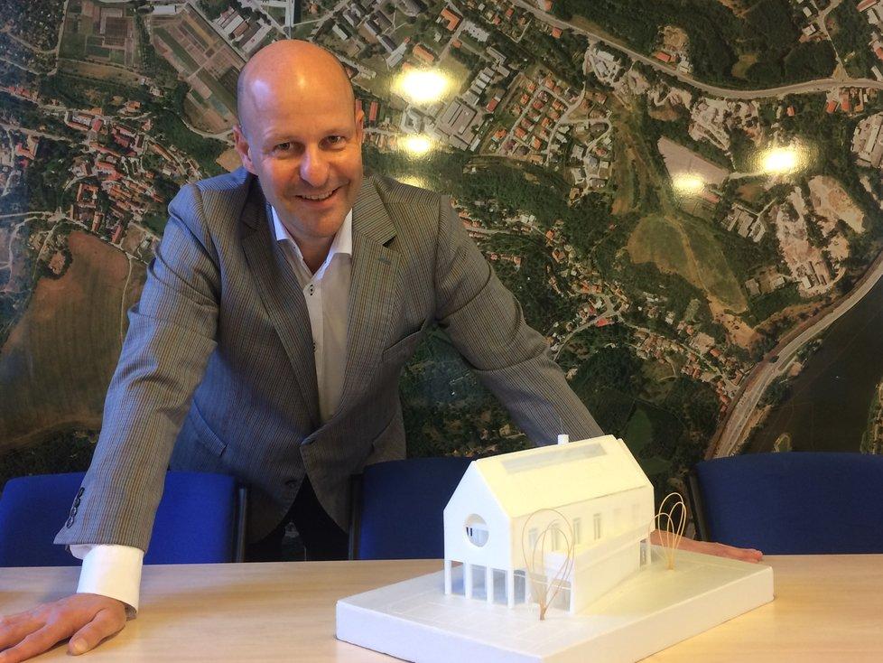 Do čela Lysolají Petr Hlubuček (STAN) poprvé usedl v roce 2010. Na fotografii se sklání nad modelem budoucí moderní radnice.
