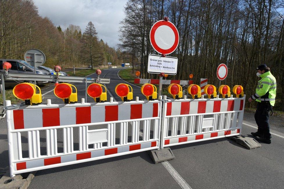 Hlídkující policisté na hranicích s Německem a Rakouskem (14. 3. 2020)