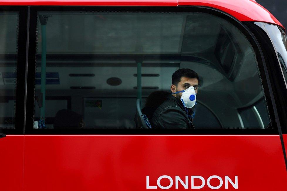 Británie kvůli nebezpečí nákazy novým koronavirem brzy nařídí lidem nad 70 let kompletní čtyřměsíční izolaci.
