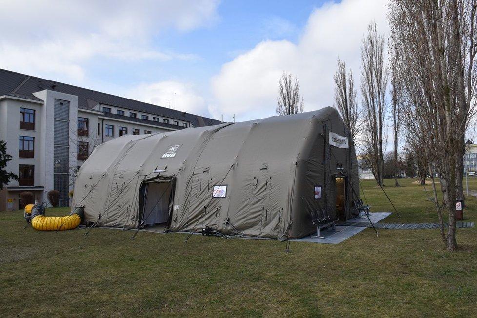 Odběrové místo pro osoby testované na koronavirus v Ústřední vojenské nemocnici ve Střešovicích