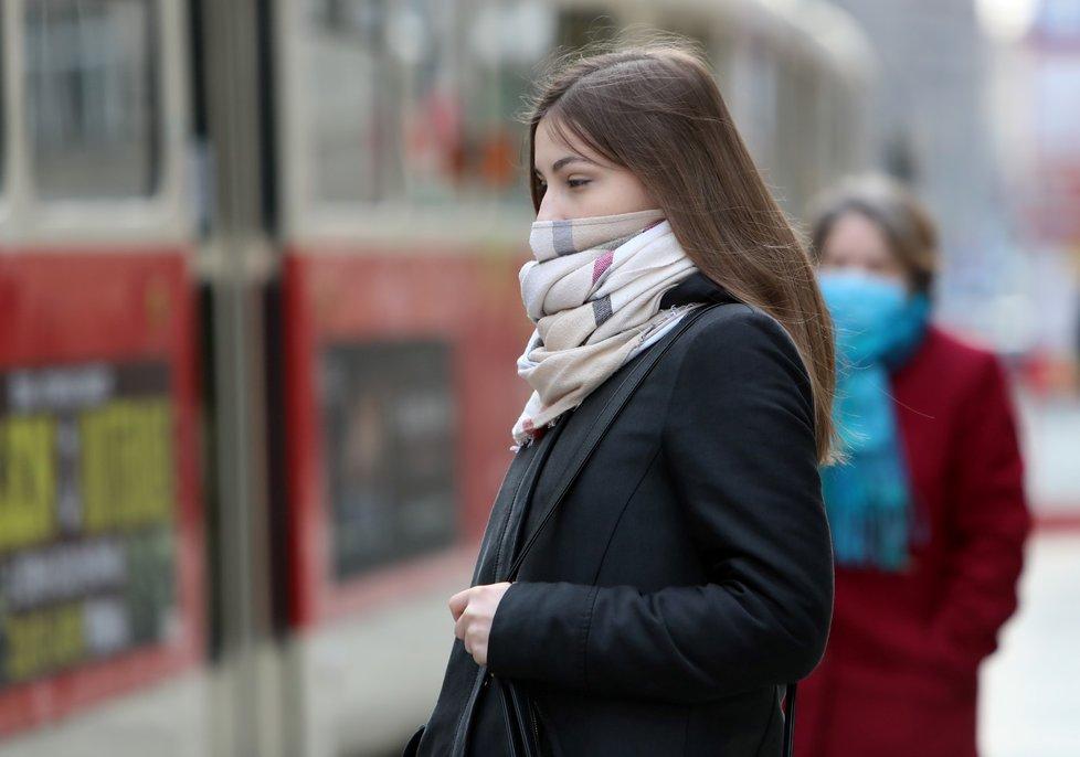 Roušky se do MHD v Praze plošně vrátí zřejmě od září