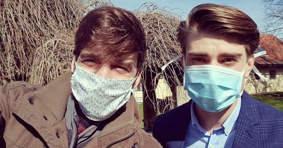 Roman Tomeš a Marek Lambora s rouškami