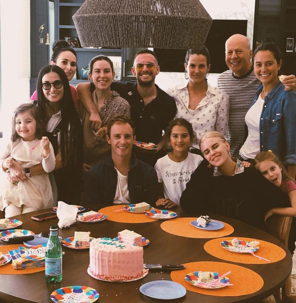 Takhle vypadají oslavy u Bruce, sejde se doslova celá rodina.