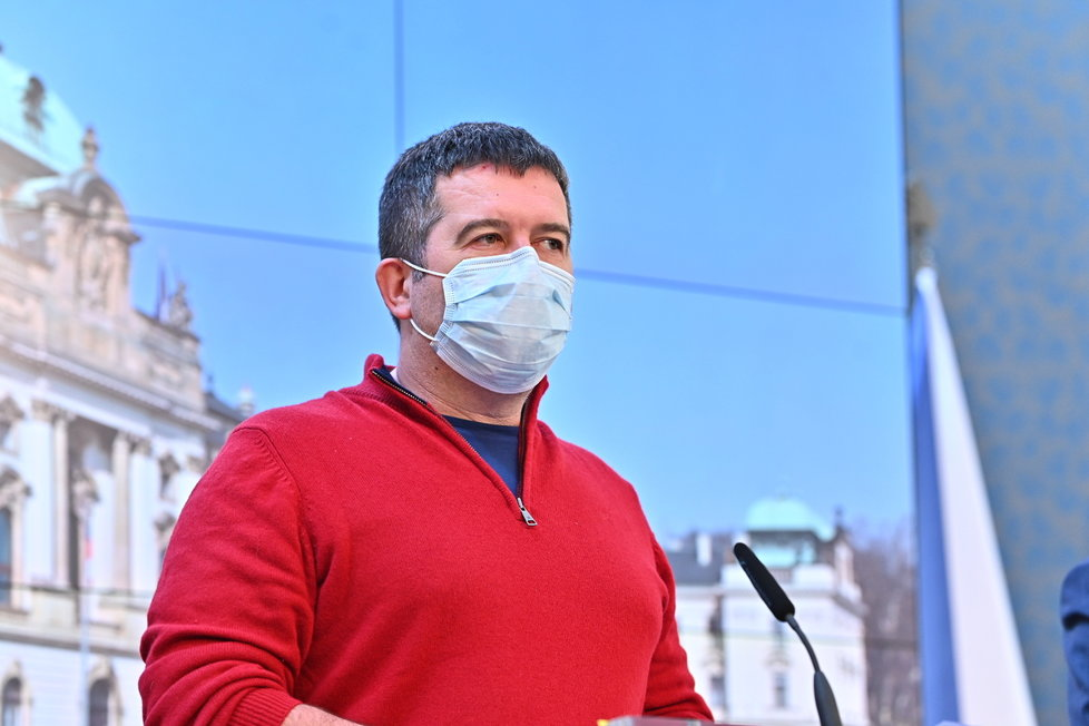 Jan Hamáček s rouškou na tiskovce na Úřadu vlády (17.3.2020)