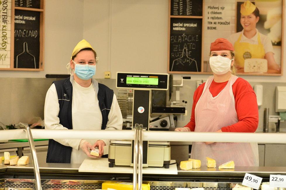 Kvůli koronaviru vytáhli v českých obchodech roušky prodavačky i zákazníci. (18.3.2020)