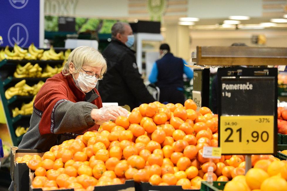 Češi museli kvůli koronaviru vytáhnout roušky či alespoň šály a šátky i na nákupy do obchodů. (18.3.2020)