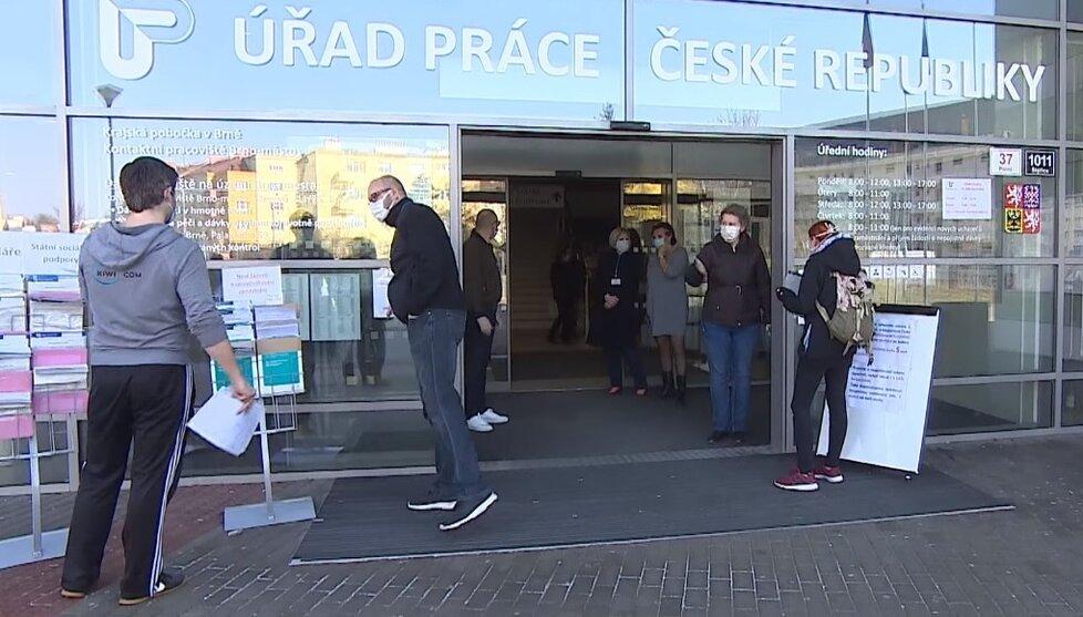 Úřad práce v Brně oblehly stovky nezaměstnaných.