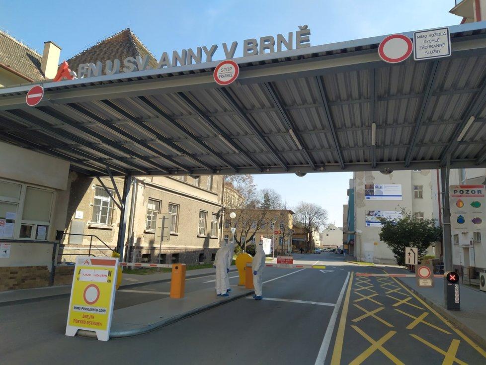 Fakultní nemocnice u sv. Anny v Brně kontroluje přísně každého, kdo do areálu nemocnice vyčleněné vládou na specializovanou péči o nejtěžší pacienty stižené koronavirem vjíždí nebo vstupuje.