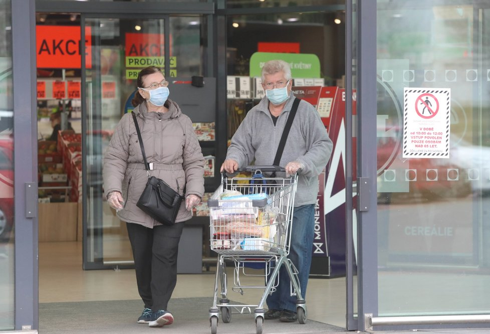 Češi vyrazili na nákupy v rouškách. (19. 3. 2020)
