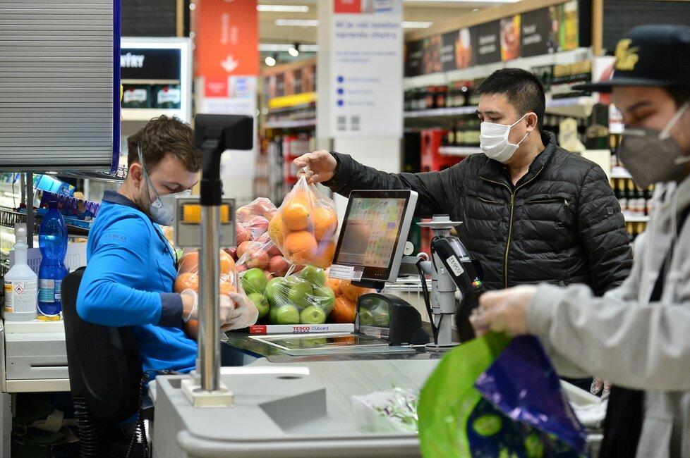 V Česku platí zákaz vycházení bez zakrytí úst a nosu. Většina lidí nasadila roušky (19. 3. 2020).