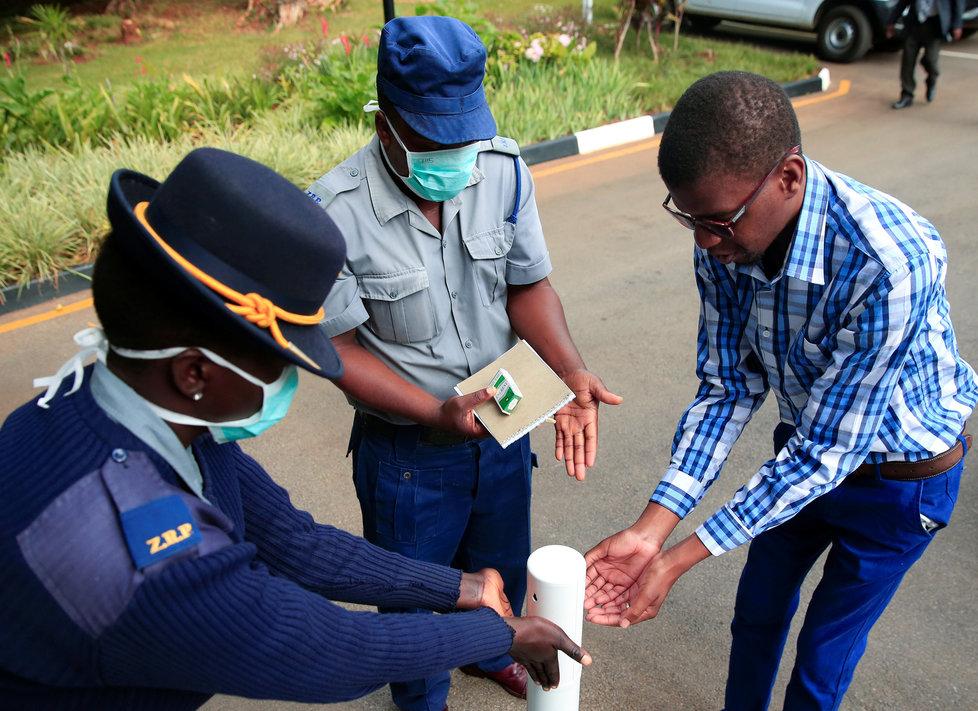 Během pandemie koronaviru platí přísná bezpečnostní a karanténní opatření po celém světě. Přísná bezpečnostní opatření platí i v Zimbabwe, (19.03.2020).