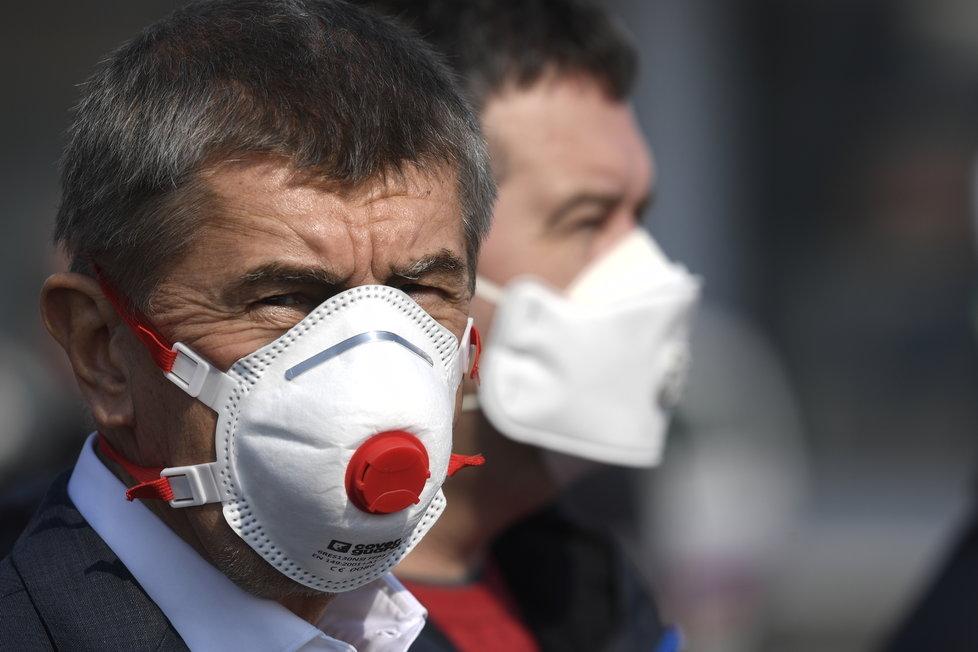 Na pražské letiště dorazila dodávka 1,1 milionů respirátorů z Číny. Na místě dohlížel premiér Andrej Babiš (ANO) (20.3.2020)