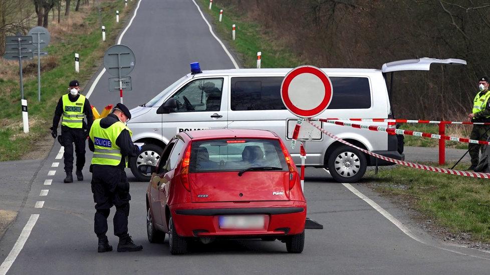 Policie a armáda střeží hranice zakázané karanténní zóny na Litovelsku a Uničovsku.