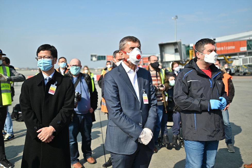 Andrej Babiš a Jan Hamáček během příletu letadla s 1,1 milionem respirátorů z Číny (20.3.2020)