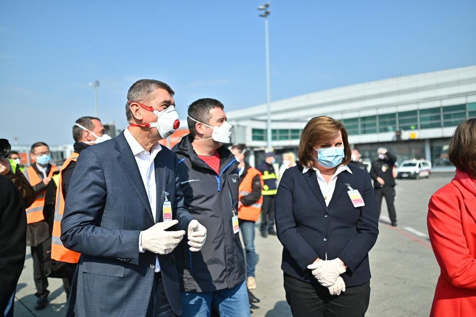 Andrej Babiš, Jan Hamáček a Alena Schillerová během příletu letadla s 1,1 milionem respirátorů z Číny (20.3.2020)