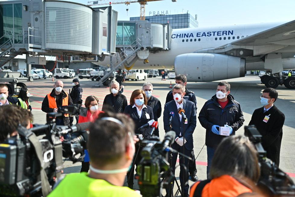 Andrej Babiš, Jan Hamáček a Alena Schillerová na tiskovce během příletu letadla s 1,1 milionem respirátorů z Číny (20.3.2020)