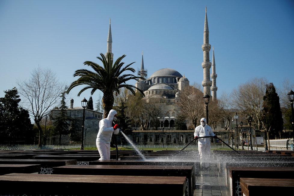 Svět dál čelí pandemii koronaviru, v Turecku pravidelně dezinfikují ulice, (21.03.2020).