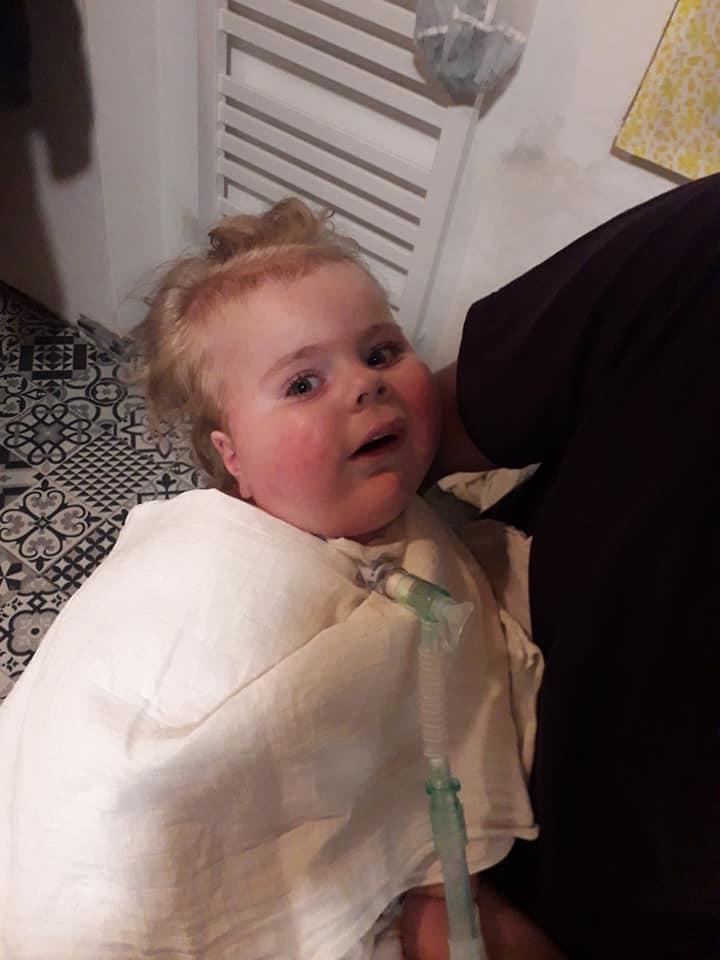Malému Oliverkovi pomáhají táta a máma. Zachránit ho může nejdražší lék světa.