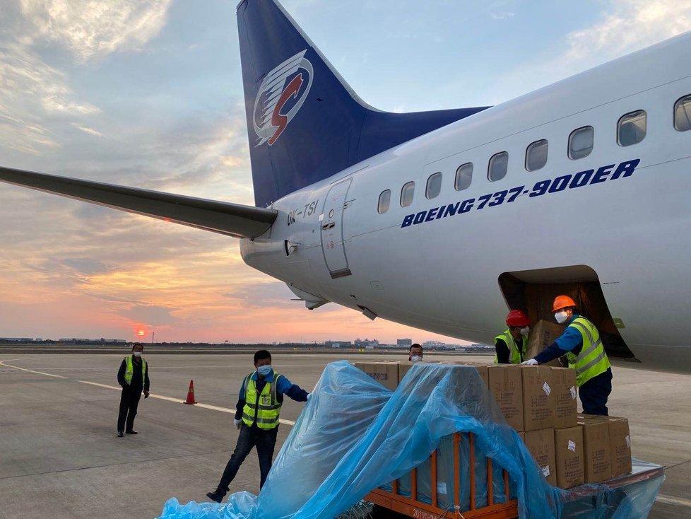 Do Česka dorazily z Číny další ochranné pomůcky. Letadlo Smartwings přivezlo na pražské letiště 1,9 milionu roušek a 100.000 respirátorů. (24.3.2020)