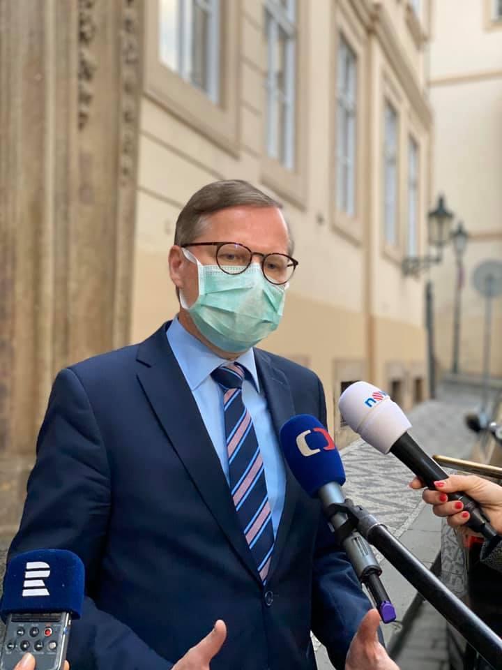 Petr Fiala (ODS) s rouškou před Sněmovnou