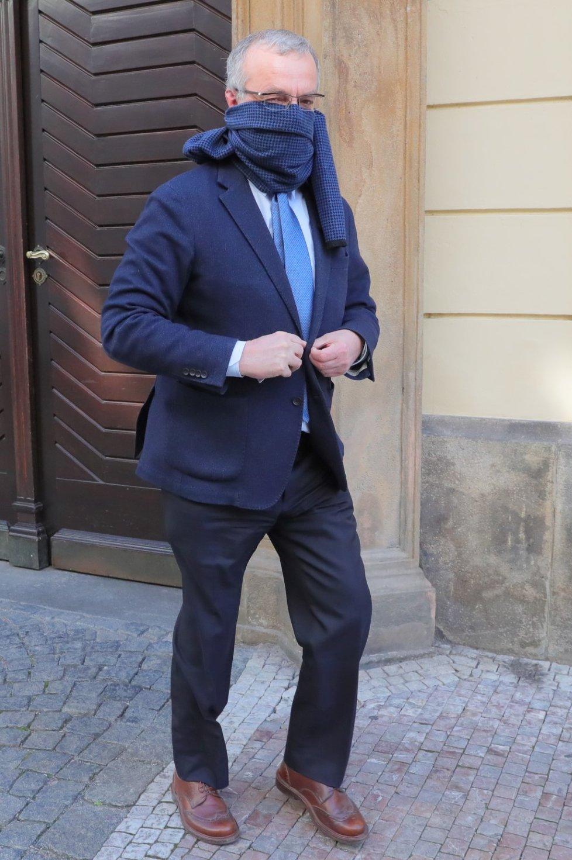 Předseda poslaneckého klubu TOP 09 Miroslav Kalousek si s rouškou hlavu nelámal. Nos a pusu mu zakrývala šála k obleku (24. 3. 2020)
