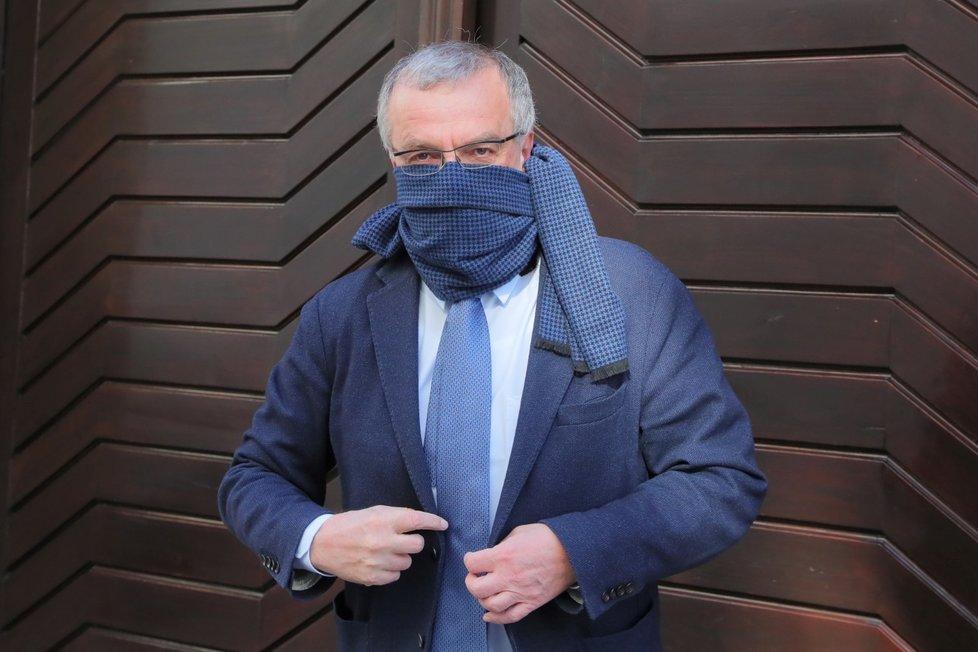 Předseda poslaneckého klubu TOP 09 Miroslav Kalousek si s rouškou hlavu nelámal. Nos a pusu mu zakrývala šála k obleku ( 24. 3. 2020)