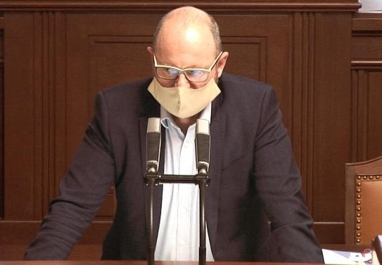 Ministr školství Robert Plaga (ANO) v roušce během jednání Sněmovny (24.3.2020)