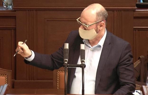 Ministr školství Robert Plaga (ANO) v roušce gestikuloval během jednání Sněmovny ohledně koronavirové pandemie kvůli konání maturit (24. 3. 2020).