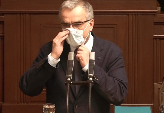 Kalouska pozlobila ve Sněmovně na závěr jednání rouška, padala mu z nosu (24.3.2020)