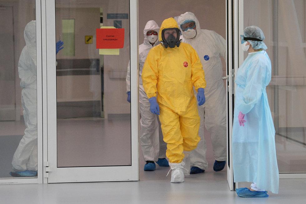Ruský prezident Putin navštívil pacienty nakažené koronavirem.