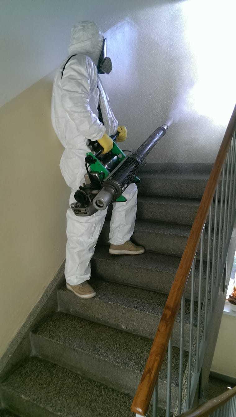 Takhle se aplikuje nanotechnologická dezinfekce, třeba na schodech v paneláku.