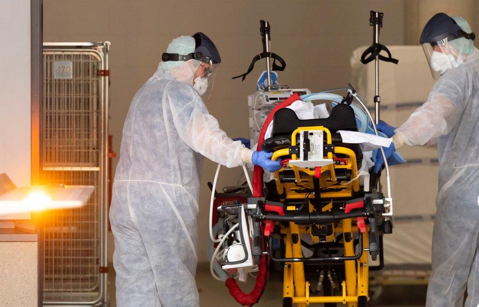 Transport italského pacienta do nemocnice v německých Drážďanech.